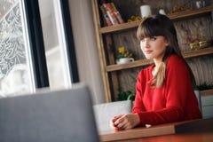 Ritratto domestico di bella giovane donna Fotografie Stock