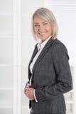 Ritratto: Donna di affari isolata invecchiata bello mezzo immagine stock