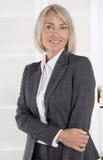 Ritratto: Donna di affari isolata invecchiata bello mezzo immagini stock libere da diritti