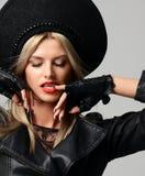 Ritratto donna russa dei capelli biondi di fascino di alta moda di bella in cappello moderno in guanti di cuoio neri Immagini Stock