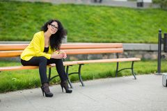 Ritratto donna sorridente dei giovani di bella Fotografie Stock Libere da Diritti
