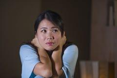 Ritratto drammatico di giovane bello e gridare coreano asiatico triste della donna disperato sul letto sveglio alla crisi di depr fotografia stock