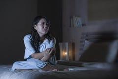 Ritratto drammatico di giovane bello e gridare giapponese asiatico triste della donna disperato sul letto sveglio alla depression immagini stock