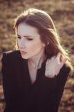 Ritratto emozionale all'aperto della giovane donna Fotografie Stock