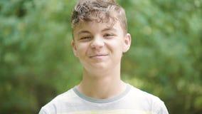 Ritratto emozionale del ragazzo teenager stock footage