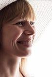 Ritratto emozionale della donna in cappello di estate con un sorriso sincero Immagine Stock