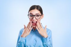 Ritratto emozionale di giovane bella donna di affari in vetri Fotografia Stock