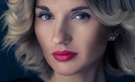 Ritratto emozionale di giovane e donna graziosa Ritratto di bella donna Fotografia Stock