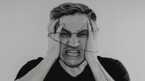 Ritratto emozionale di un tipo pazzo in primo piano concetto: l'esaurimento nervoso, la malattia mentale, le emicranie e l'emicra fotografie stock