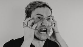 Ritratto emozionale di un tipo pazzo in primo piano concetto: l'esaurimento nervoso, la malattia mentale, le emicranie e l'emicra immagine stock