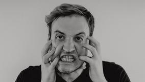 Ritratto emozionale di un tipo pazzo in primo piano concetto: l'esaurimento nervoso, la malattia mentale, le emicranie e l'emicra fotografia stock libera da diritti