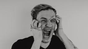 Ritratto emozionale di un tipo pazzo in primo piano concetto: l'esaurimento nervoso, la malattia mentale, le emicranie e l'emicra immagini stock libere da diritti