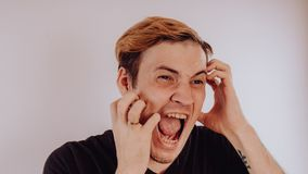 Ritratto emozionale di un tipo pazzo in primo piano concetto: l'esaurimento nervoso, la malattia mentale, le emicranie e l'emicra fotografia stock