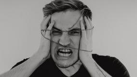 Ritratto emozionale di un tipo pazzo in primo piano concetto: l'esaurimento nervoso, la malattia mentale, le emicranie e l'emicra immagini stock
