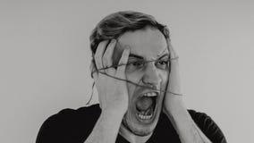 Ritratto emozionale di un tipo pazzo in primo piano concetto: l'esaurimento nervoso, la malattia mentale, le emicranie e l'emicra fotografie stock libere da diritti