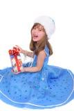 Ritratto emozionale di una ragazza allegra in vestito blu su fondo bianco Nuovo anno Fotografie Stock Libere da Diritti