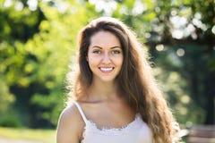 Ritratto esterno della donna sorridente Immagine Stock