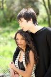 Ritratto esterno della ragazza e del giovane ragazzo teenager Immagini Stock Libere da Diritti