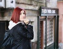 Ritratto esterno di bella giovane donna Fotografie Stock Libere da Diritti