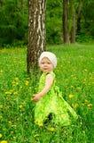Ritratto esterno di una bambina sveglia Immagini Stock Libere da Diritti