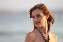 Ritratto esterno sorridente del primo piano della giovane donna fotografie stock libere da diritti