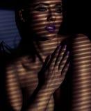 Ritratto evocativo di bella giovane donna Fotografia Stock Libera da Diritti