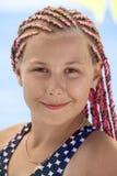 Ritratto facciale della ragazza con capelli lunghi con la fibra rosa tressed dei dreds, all'aperto, esaminante macchina fotografi fotografia stock