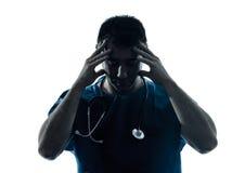 Ritratto faticoso della siluetta di emicrania dell'uomo del medico Immagini Stock