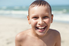 Ritratto felice del primo piano di sorriso del bambino dei ganci ortodontici fotografie stock