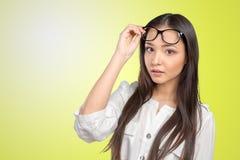 Ritratto felice della donna di occhiali di vetro Fotografie Stock