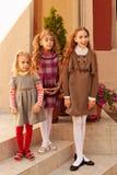 Ritratto felice della famiglia delle tre sorelle esterno Fotografie Stock Libere da Diritti