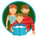 Ritratto felice della famiglia Libro di lettura dello scolaro Immagini Stock