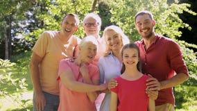 Ritratto felice della famiglia nel giardino di estate stock footage