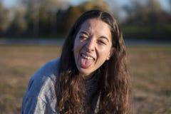 Ritratto felice della giovane donna al crepuscolo Immagini Stock
