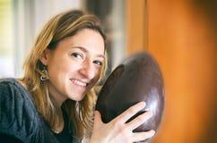 Ritratto felice non imballato di sorriso della donna dell'uovo di Pasqua Immagine Stock