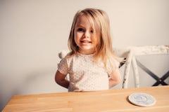 Ritratto felice sveglio della ragazza del bambino a casa Immagine Stock