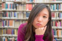Ritratto femminile in biblioteca Immagine Stock Libera da Diritti