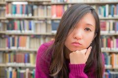 Ritratto femminile in biblioteca Immagine Stock