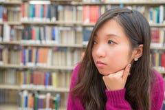 Ritratto femminile in biblioteca Fotografia Stock