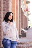 Ritratto femminile di sorriso della città della via di dimensione dello scialle più della donna XXL fotografie stock
