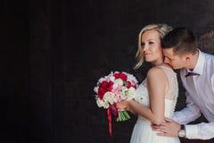 Ritratto femminile e maschio Signora e tipo all'aperto Coppie di nozze nell'amore, ritratto del primo piano di giovani e sposa e  Immagini Stock Libere da Diritti