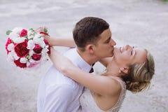 Ritratto femminile e maschio Signora e tipo all'aperto Coppie di nozze nell'amore, ritratto del primo piano di giovani e sposa e  Immagini Stock