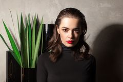 Ritratto femminile lunatico nell'interno di lusso Fotografia Stock Libera da Diritti