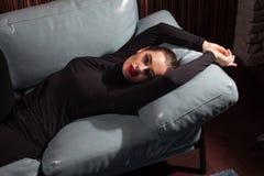 Ritratto femminile lunatico nell'interno di lusso immagine stock
