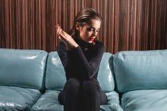 Ritratto femminile lunatico nell'interno di lusso fotografie stock