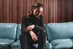 Ritratto femminile lunatico nell'interno di lusso fotografie stock libere da diritti