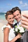 Ritratto fresly della coppia sposata sulla spiaggia immagine stock libera da diritti