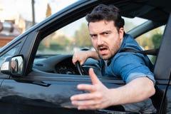 Ritratto frustrato autista mentre conducendo la sua automobile immagini stock