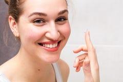 Ritratto, giovane donna in buona salute con la lente a contatto splendida della tenuta di sorriso Fotografia Stock Libera da Diritti