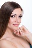 Ritratto godente allegro di bellezza della ragazza teenager con bei capelli lunghi marroni luminosi isolati su fondo bianco fotografia stock libera da diritti